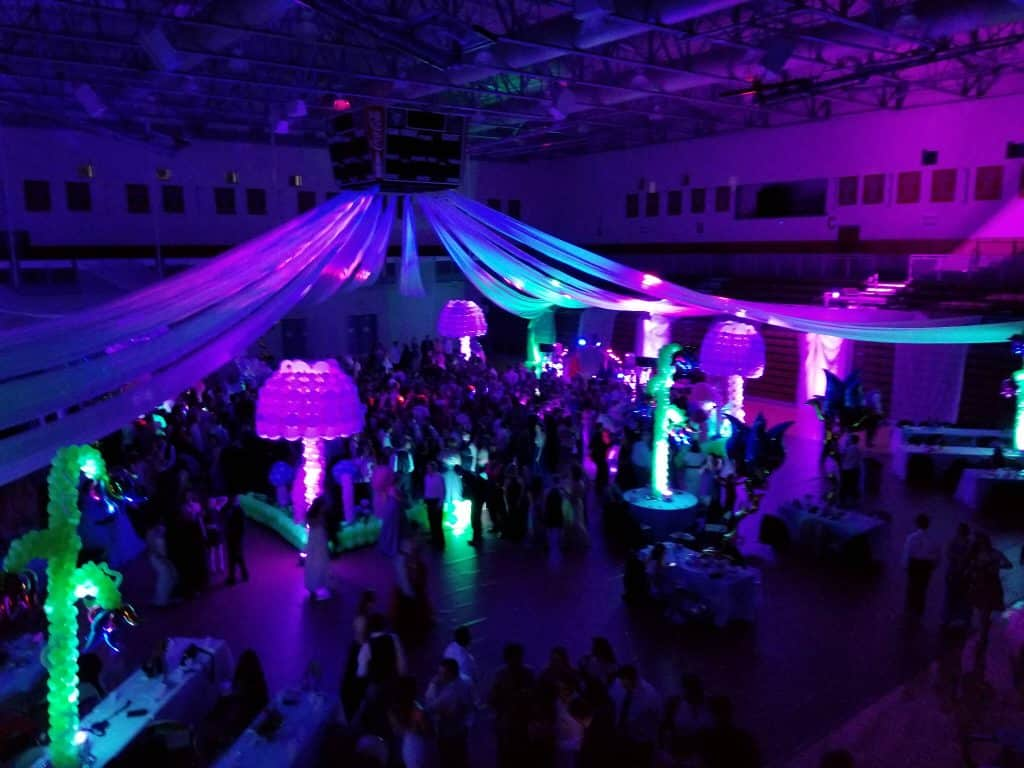 lighting-overview-with-a-full-dance-floor-thanks-to-party-boys-dj-show-1024x768.jpg